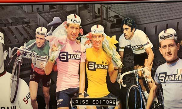 Cartolina con alcuni corridori Salvarani (Foto Pisoni)