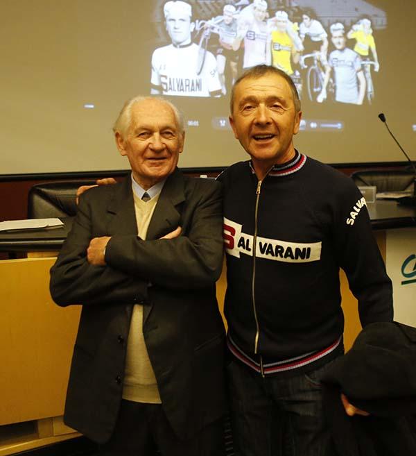La Salvarani era una Polisportiva. Qui un atleta dei tempi con uno dei Fratelli Salvarani a Parma (Foto Pisoni)