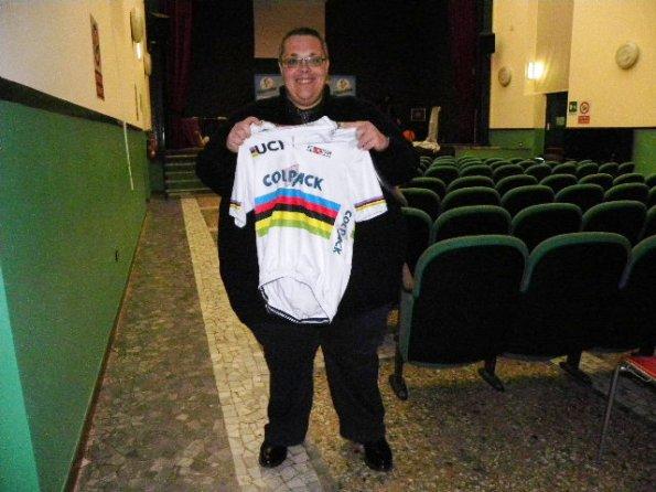 Gianluca Trentini mostra orgoglioso la maglia iridata di Filippo Ganna (Foto Nastasi)