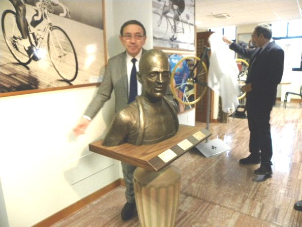 Ernesto Colnago appena scoperto il busto di Magni (Foto Nastasi)