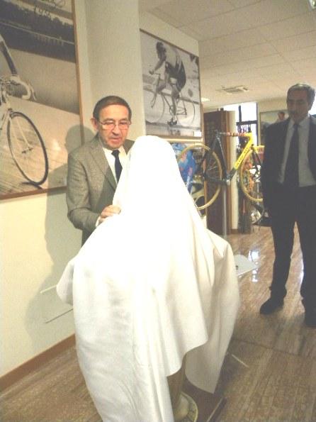 Ernesto Colnago si appresta a scoprire il busto di Fiorenzo Magni (Foto Nastasi)