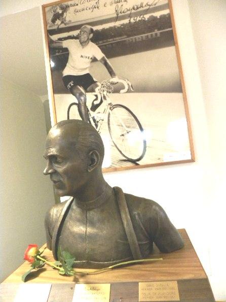 Busto appena inaugurato e poster di Fiorenzo Magni (Foto Nastasi)