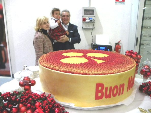 La piccola Carlotta vicina alla torta (Foto Nastasi)
