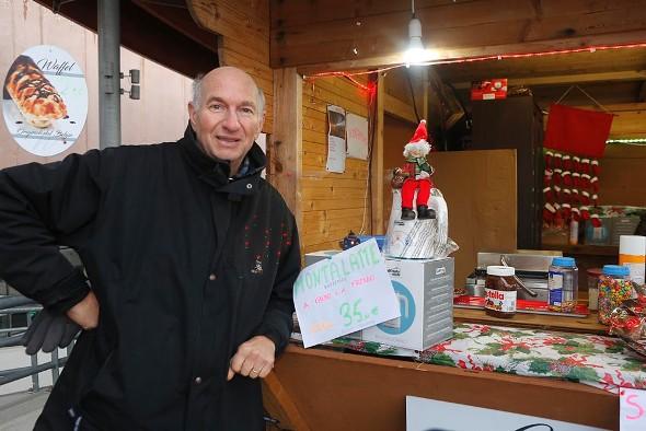 Roberto Bettini presso il suo stand ai Mercatini di Natale di Vittuone (Foto Antonio Pisoni)