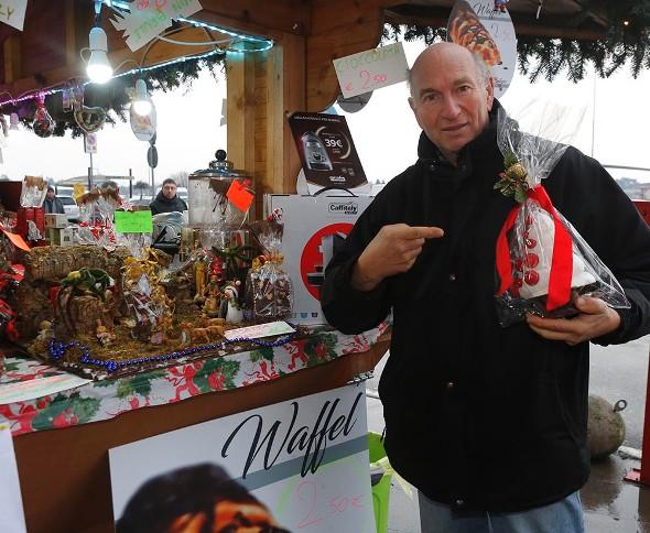 Roberto Bettini illustra un prodotto del suo stand (Foto Antonio Pisoni)