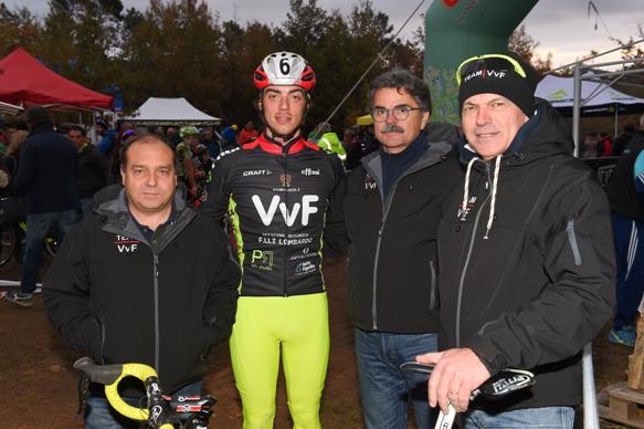 """Manuel Todaro con i Dirigenti della sua Squadra il """"Team VVF"""" - (Pubbliphoto)"""