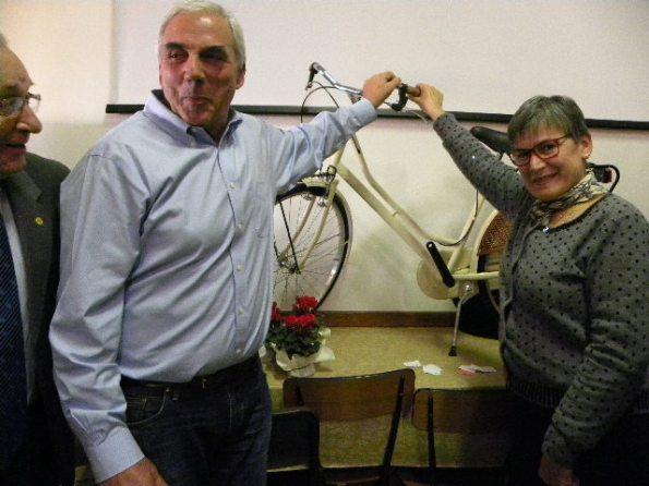 Luisa e Bruno Moscon con la bici vinta alla Castellina