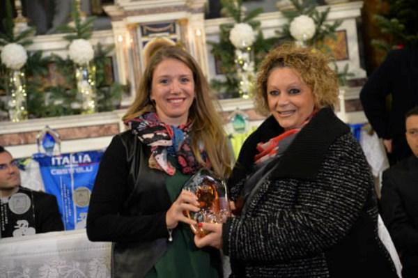 Tatiana Guderzo premiata da Maria Bruni (Foto Remo Mosna)