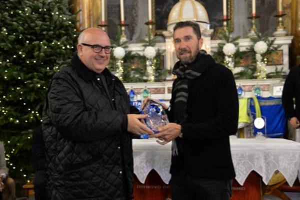 Matteo Tosatto premiato da Padre Agostino Gelli (Foto Remo Mosna)