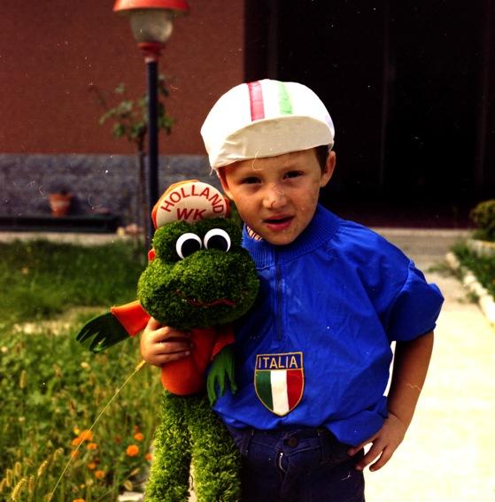 Christian con la maglia azzurra e il cappellino Tricolore (Foto di Antonio Pisoni)