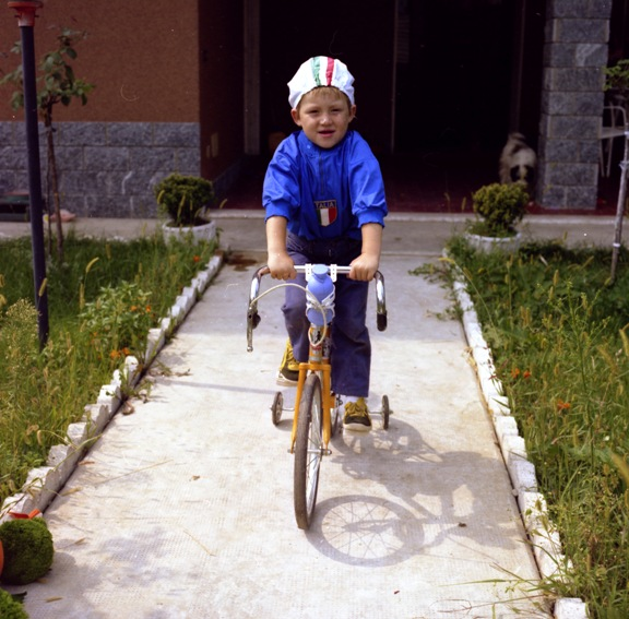 Christian in bici e in tenuta da Azzurro (Foto Antonio Pisoni)