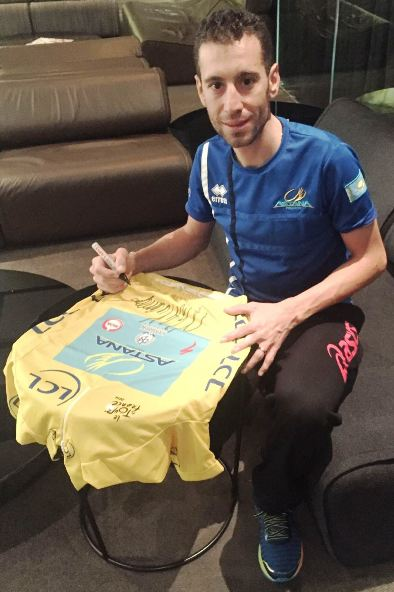 """Vincenzo Nibali firma la sua maglia gialla da mettere all'asta per l'Associazione """"Regala un sogno"""""""