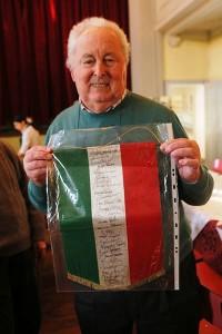 Piero Coppi col gagliardetto e le firme dell'Associazione Ciclisti Veterani Lombardi dal 1961 ad oggi (Foto Pisoni)