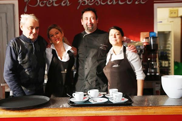 Federico Lovazzano, titolare dell'Osteria del Poeta Pescatore con due collaboratrici e il grande x Imerio Massigna (Foto di Pisoni)