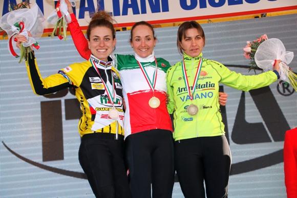 Da sx, Arzuffi, Lechner in Tricolore e Bulleri, Podio Tricolore Donne Elite (photobicicailotto)