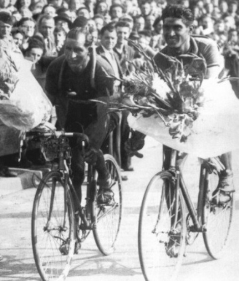 Giro d'onore per Gino Bartali e Giovannino Corrieri al Parco dei Principi di Parigi festeggiati per la vittoria nel Tour de France del 1948