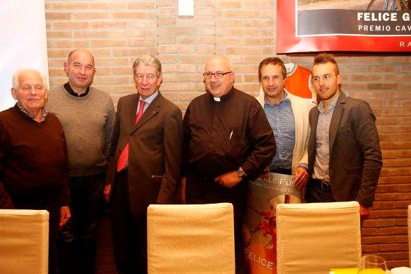 Padre Agostino Gelli, con Giacinto Gelli presidente della Famiglia-Amici del Ciclismo e Felice Gimondi-Sonny Colbrelly (Foto Nastasi)