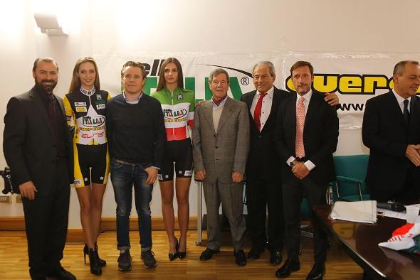 Giuseppe e Riccardo Bigolin; Paolo Guerciotti, le miss e Fabretti (Foto Pisoni)