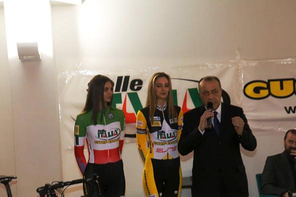 Sandro Brambilla conduttore della manifestazione con le due miss (Foto di Antonio Pisoni)
