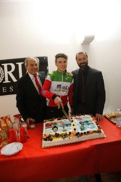 Dorigoni taglia la torta alla conf stampa Guerciotti a Sesto San Giovanni prima di partire per i Mondiali di Ciclocross (Foto di : Antonio Pisoni)