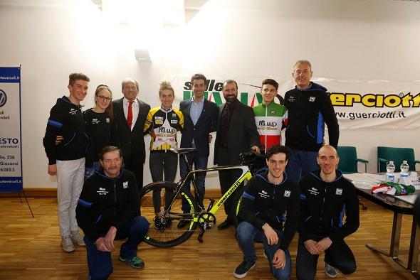 Arzuffi, Dorigoni e Team Guerciotti con Fabio Aru (Foto di Antonio Pisoni)