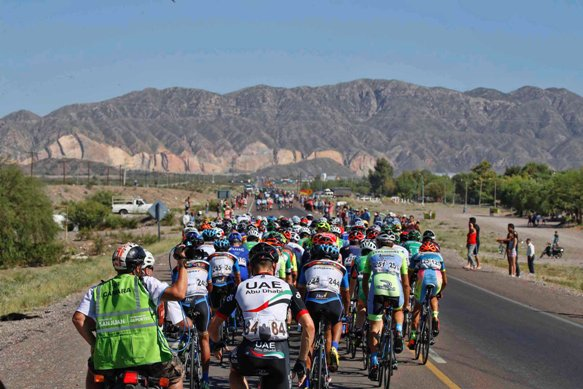 Gruppo Compatto di spalle alla Vuelta a San Juan 2017 - 35th Edition - 5th stage Chimbas - Alto Colorado 162,4 km - 23/01/2017 -  - photo Roberto Bettini/BettiniPhoto©2017