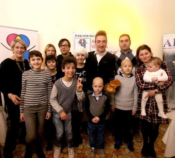 Viviani con i bimbi dell'Abeo (Foto Express Verona)