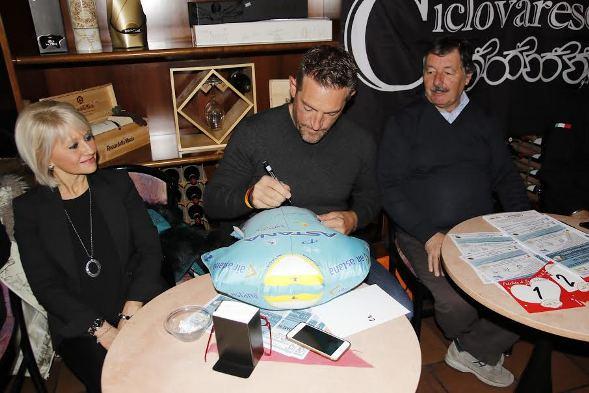 Stefano Zanini firma maglia Astana da mettere in palio tra i partecipanti alla 41^ Pedalata di San Valentino