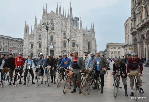 Tradizionale foto ricordo in piazza Duomo prima della partenza dal castello Visconteo di Binasco