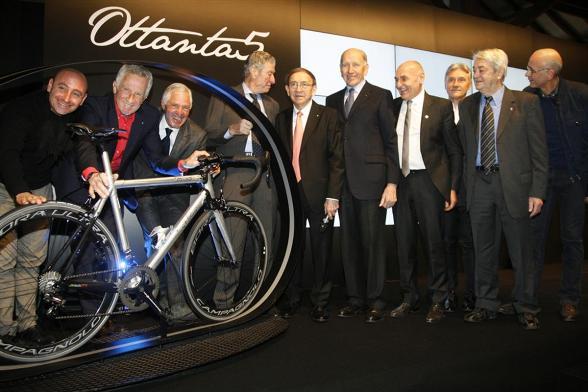 Ernesto Colnago con alcuni grandi ex (Foto Soncini)
