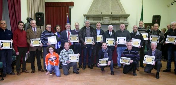 Sesto da sinistra, il Presidente Russomanno con l'Attestato Federale con le altre Società milanesi premiate (Foto Beppe Fierro)