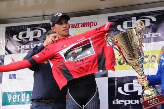 Contador indossa la maglia di leader della classifica generale (Foto Jean Claude Faucher)