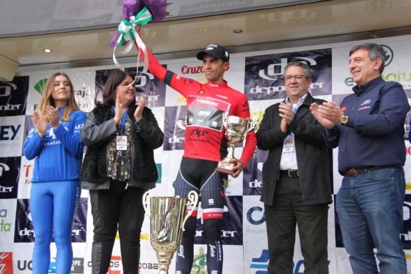 Contador sul podio in maglia rossa (Foto Jean Claude Faucher)