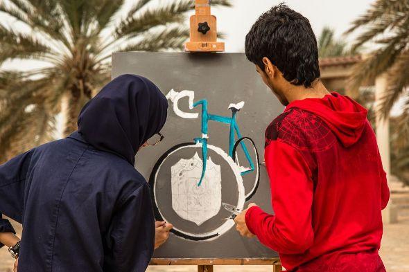 Tour of Oman 2017 - Stage 3 - Sultan Qaboos University / Quriyat - Les étudiants fiers d'exposer leurs toiles de la course fraichement peintes.