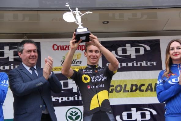 Bryan Coquard sul podio col Trofeo (Foto Jean Claude Coquard)