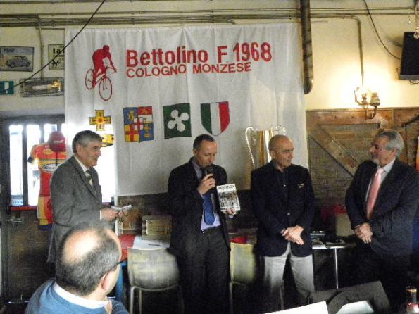 Cordiano Dagnoni offre il libro Il Record dell'Ora (Foto Nastasi)