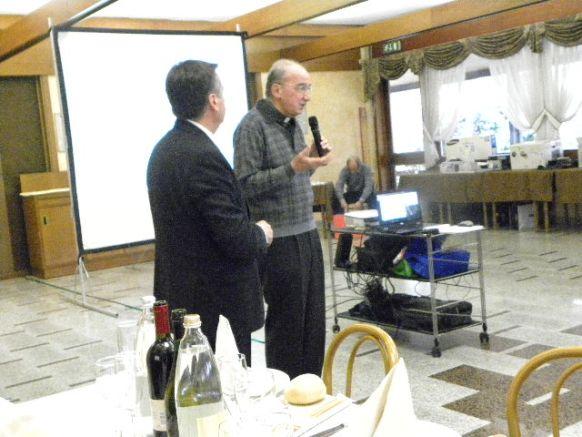 Il Parroco don Gino Mariani si appresta ad impartire la Benedizione del Cristiano (Foto Nastasi)
