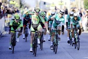 Lonardi allo sprint su Brugna e Dainese (Foto Scanferla)