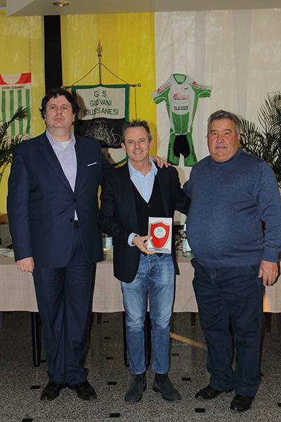Il vicepresidente FCI Lombardia, Fabio Perego, premiato da Rocco D'Aprile e Riccardo Piffer (Foto Giuseppe Castelli)