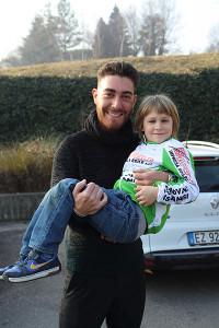 Il Tricolore Giacomo Nizzolo con un Giovanissimo della Giovani Giussanesi 2017 (Foto Giuseppe Castelli)