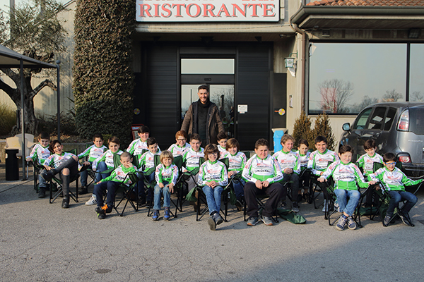 Giacomo Nizzolo, Tricolore d'Italia, con i corridori della Giovani Giussanesi 2017 (Foto Giuseppe Castelli)