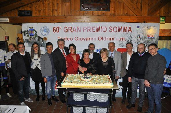 Taglio della torta con la regia di Maura Macchi e collaborazione della Drssa Battaglia e signora Lina Oldrini (Foto Carlo Vaj)