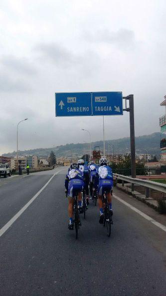 Corridori in allenamento verso Sanremo