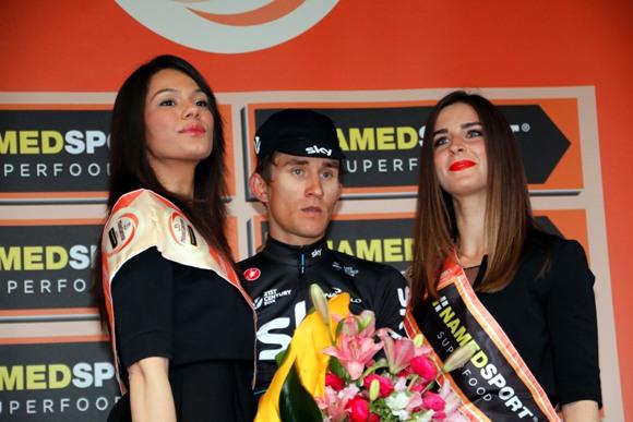 Michal Kwiatkowski con le miss sul podio (photobicicailotto)