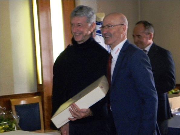Ruggero Bertolaso premiato dal Consigliere Luciano Zini (Foto Nastasi)