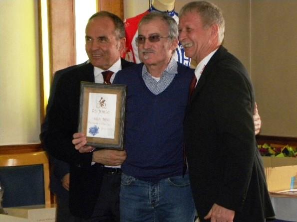 Dario Villa premiato dal presidente Santangelo e dal suo vice Veronese (Foto Nastasi)