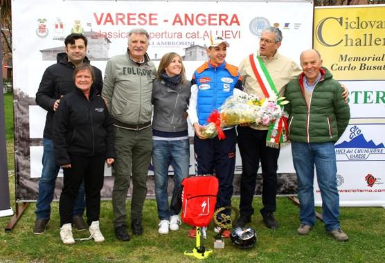 Cav. Pezzotta, Maura Macchi, Sindaco di Angera alla premiazione di Andrea Piccolo (Foto Berry)