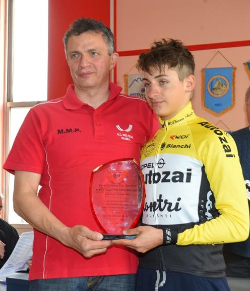 Alessandro Cardi, Presidente UC Bustese-Olonia-Verbania, premia Mattia Petrucci (Pubbliphoto)
