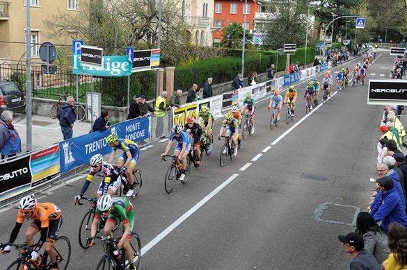 Il gruppo dei 115 corridori sgranato sul circuito della 108^ La Bolghera (Foto Mosna Natascia G.)