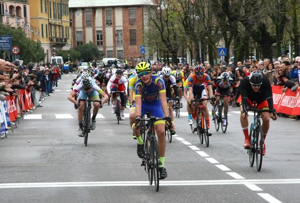 Volata per il secondo posto, Bagatini ed il terzo, Arioli (Foto Berry)